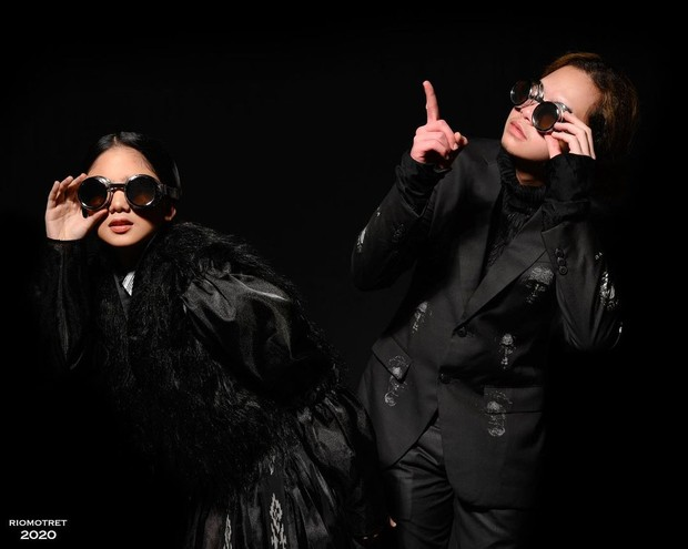 Tissa Biani dan Dul Jaelani memakai Sammy Series dari Deja Vu Collection.