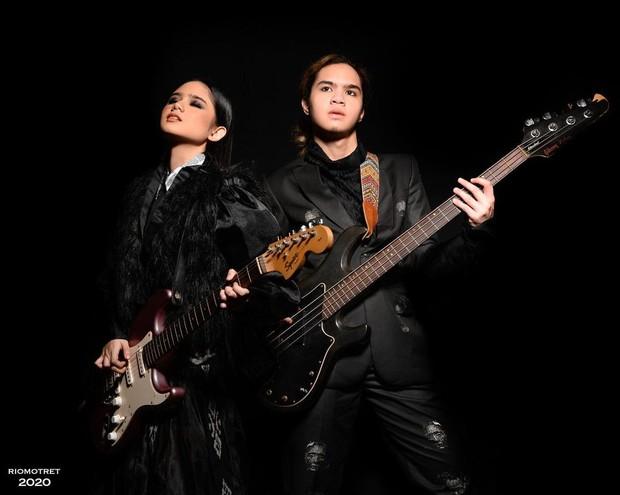 Tissa Biani dan Dul Jaelani memakai setelan rancangan Sammy Series dari Deja Vu Collection.