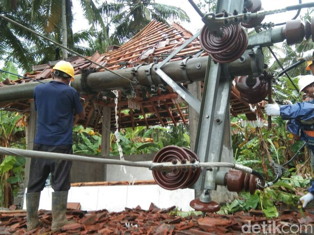 Angin Kencang di Kulon Progo, Sejumlah Pohon Tumbang-Tiang Listrik Patah