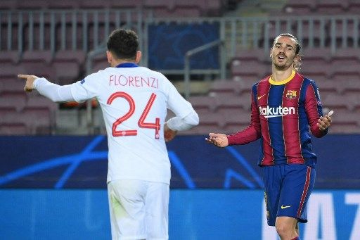 Barcelona's French midfielder Antoine Griezmann (R) reacts after missing a goal opportunity during the UEFA Champions League round of 16 first leg football match between FC Barcelona and Paris Saint-Germain FC at the Camp Nou stadium in Barcelona on February 16, 2021. (Photo by LLUIS GENE / AFP)