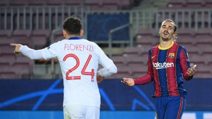 Barcelonas French midfielder Antoine Griezmann (R) reacts after missing a goal opportunity during the UEFA Champions League round of 16 first leg football match between FC Barcelona and Paris Saint-Germain FC at the Camp Nou stadium in Barcelona on February 16, 2021. (Photo by LLUIS GENE / AFP)