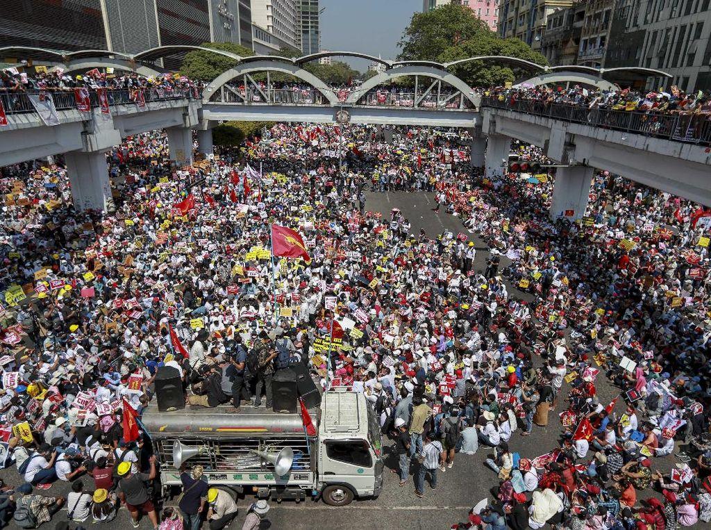 Aung San Suu Kyi Disidang, Demonstran Serukan Aksi Protes Lebih Besar