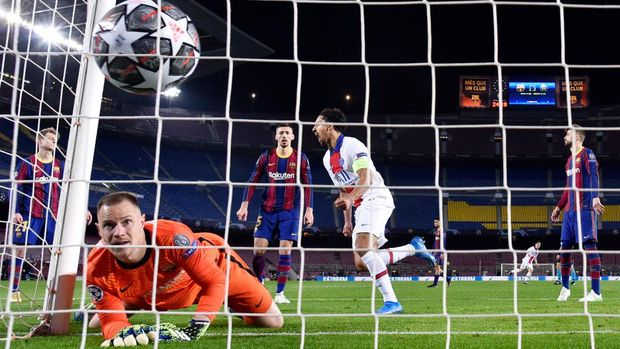 BARCELONA, SPAIN - FEBRUARY 16:  Marc-Andre ter Stegen of FC Barcelona reacts as Moise Keane of Paris Saint-Germain (not pictured) scores their side's third goal the during the UEFA Champions League Round of 16 match between FC Barcelona and Paris Saint-Germain at Camp Nou on February 16, 2021 in Barcelona, Spain. Sporting stadiums around Spain remain under strict restrictions due to the Coronavirus Pandemic as Government social distancing laws prohibit fans inside venues resulting in games being played behind closed doors. (Photo by David Ramos/Getty Images)