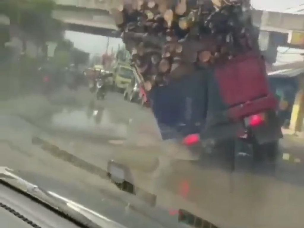 Jalan Berlubang, Truk Obesitas Angkut Kayu Terguling di Cikarang Bekasi