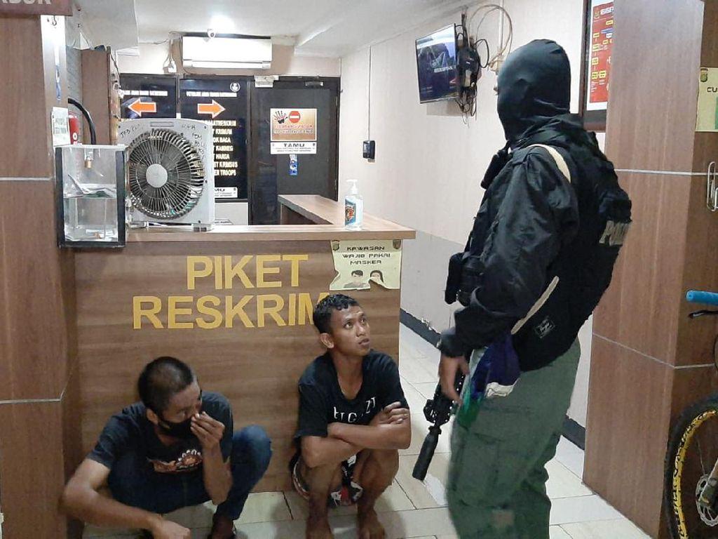 Panik Dikepung Polisi, Pencuri Sepeda di Depok Sembunyi di Balik Mobil
