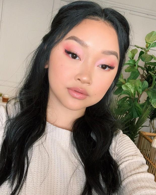 Gaya makeup Lana Condor