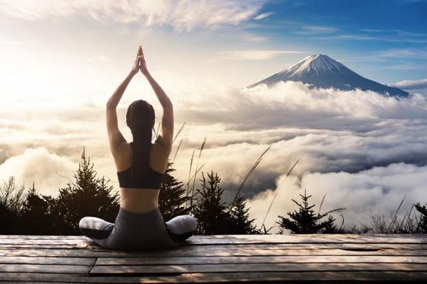 Lakukan gentle yoga selama 10 sampai 20 menit.