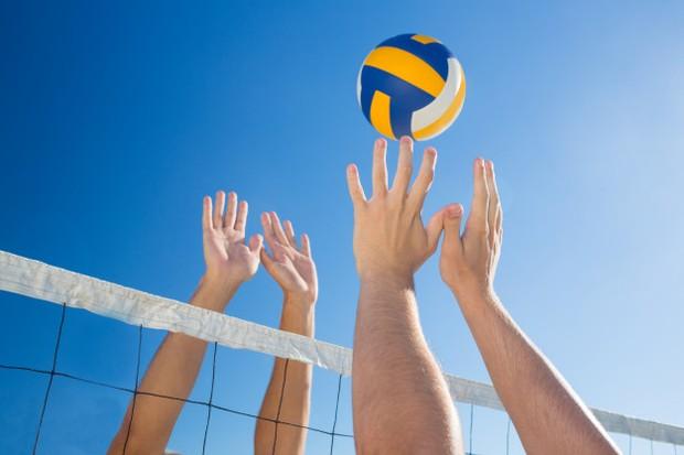 Lakukan pickup games atau sport seperti voli pantai.