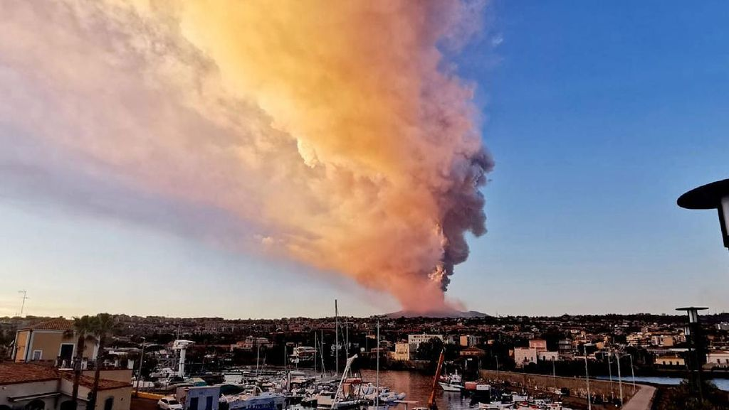 Gunung Etna di Italia Erupsi