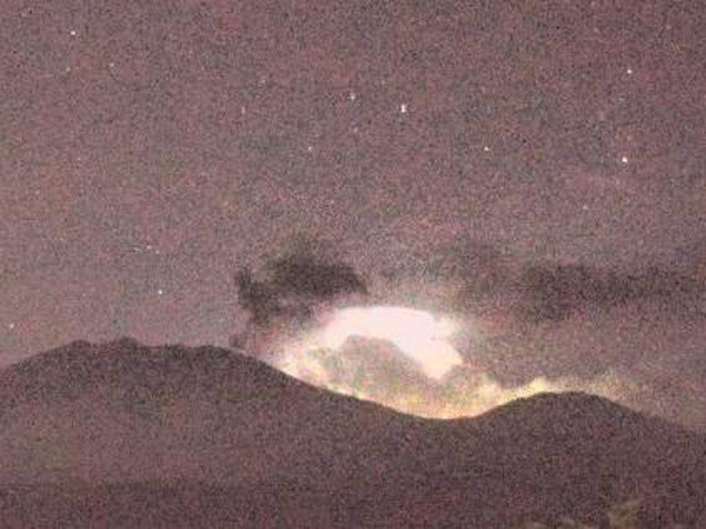 Beredar Video Cahaya Kilat Diduga dari Gunung Raung, Ini Jawaban PPGA