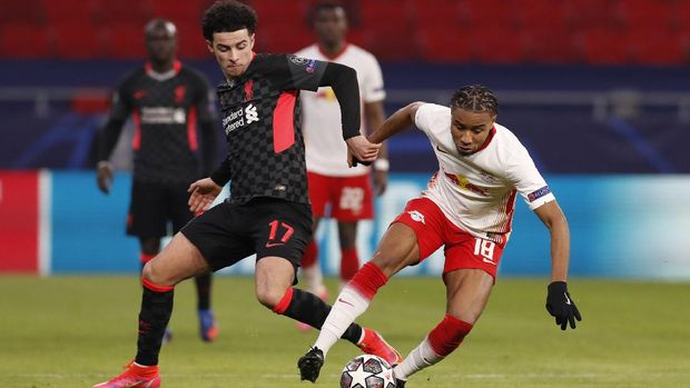 Liverpool's Curtis Jones challenges for the ball with Leipzig's Christopher Nkunku during the Champions League round of 16, first leg, soccer match between RB Leipzig and Liverpool at the Ferenc Puskas stadium in Budapest, Hungary, Tuesday, Feb. 16, 2021. (AP Photo/Laszlo Balogh)