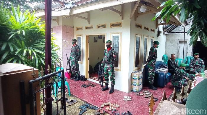 Jenazah Pratu Anumerta Ginanjar Arianda tiba di rumah duka Kota Banjar