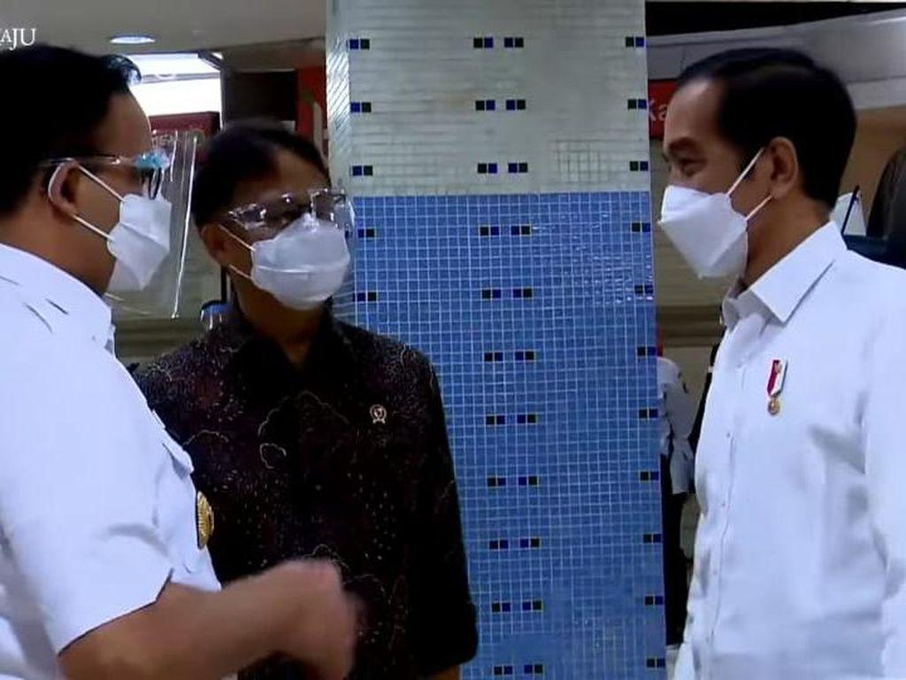 Momen Jokowi-Anies Tinjau Vaksinasi Corona Pedagang Tanah Abang