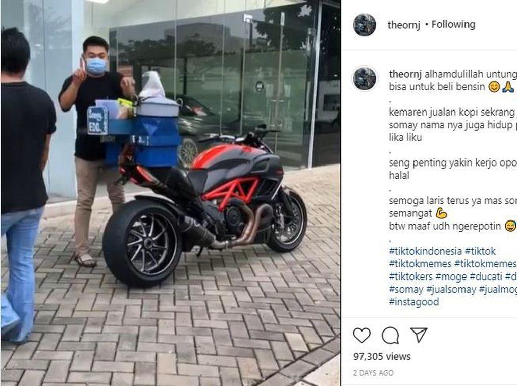 Diam-diam Bantu Dagangan Adik dan Penjual Siomay Pakai Motor Rp 500 Juta