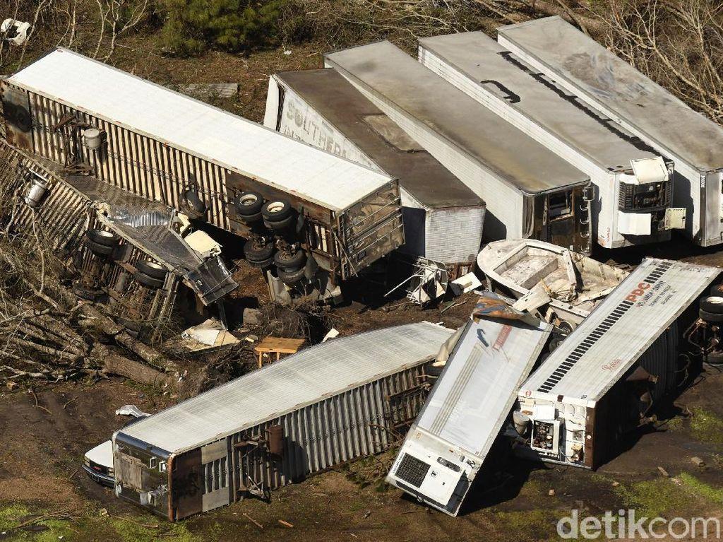 Angin Tornado di Selandia Baru Terbangkan Kontainer di Pelabuhan