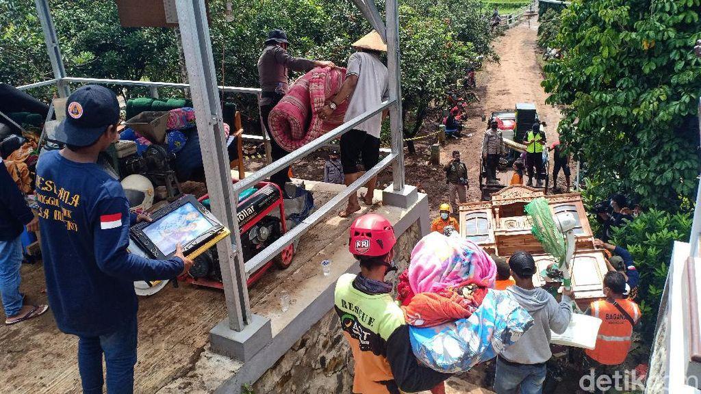 Korban Longsor Nganjuk Ramai-ramai Evakuasi Perabot