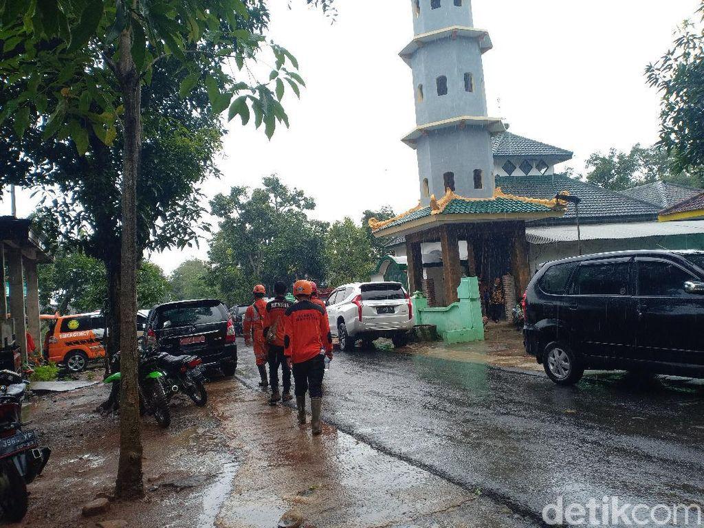Terkendala Hujan, Evakuasi Korban Longsor Nganjuk Dihentikan Sementara