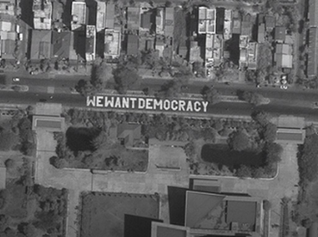 Massa Anti-Kudeta di Myanmar Bikin Mural Kami Ingin Demokrasi