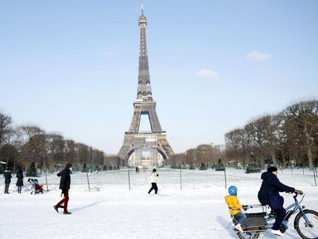 Saat Menara Eiffel Harus Diobor Biar Tidak Beku
