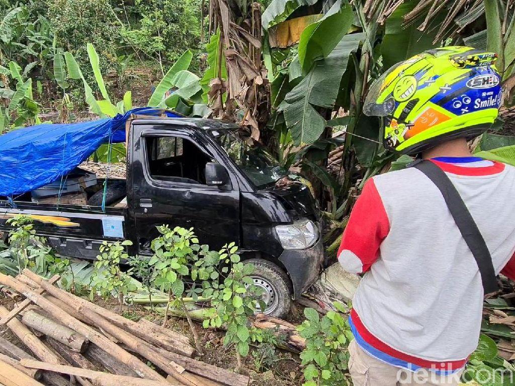 Mobil Pikap Tahu Bulat Terperosok-Hantam Pohon Pisang di Sukabumi