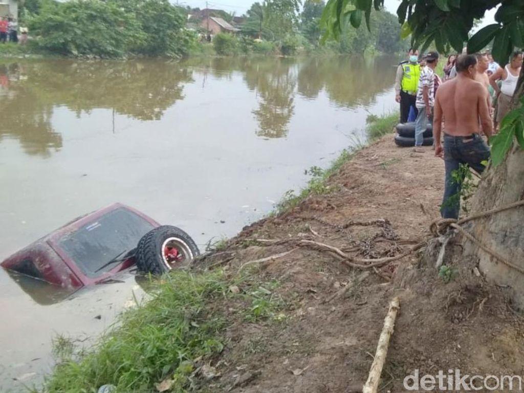 Mobil Pengantin Baru Terjun ke Sungai di Sumsel, Istri Tewas Terjebak