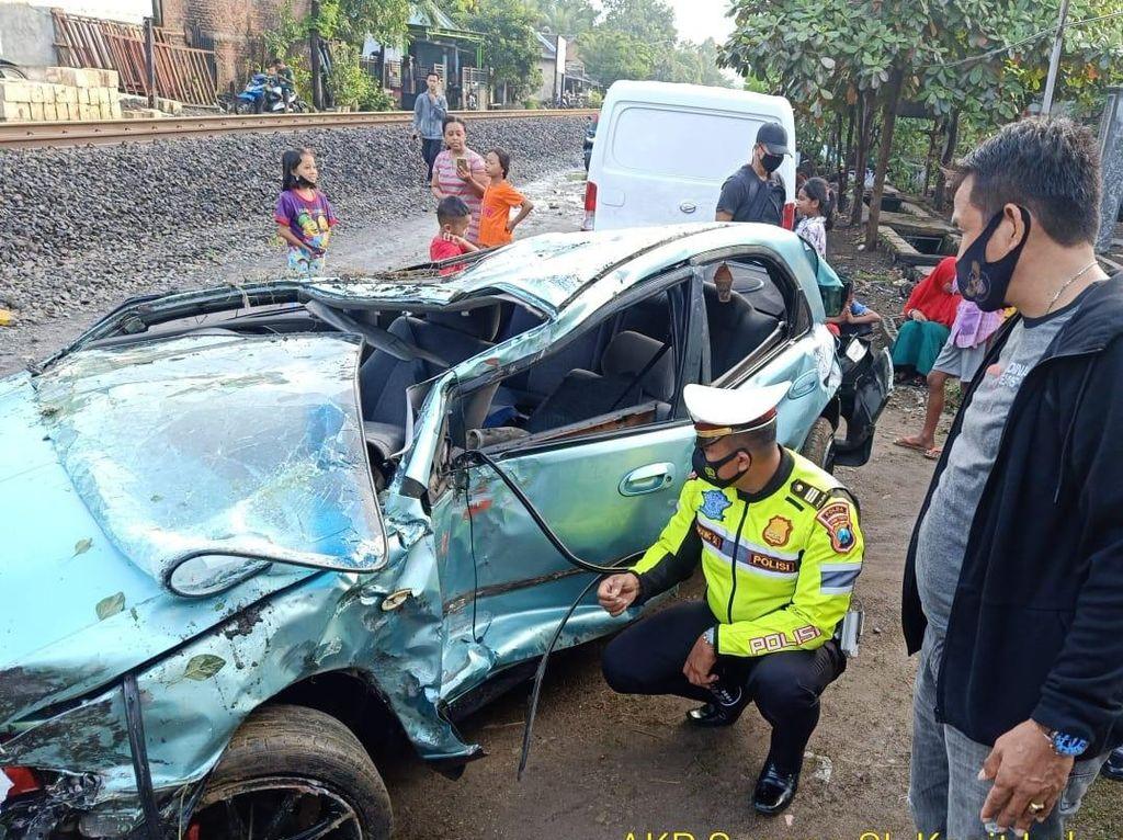 Sedan Ringsek Tertabrak Kereta Api di Sidoarjo, Tapi 3 Penumpangnya Selamat