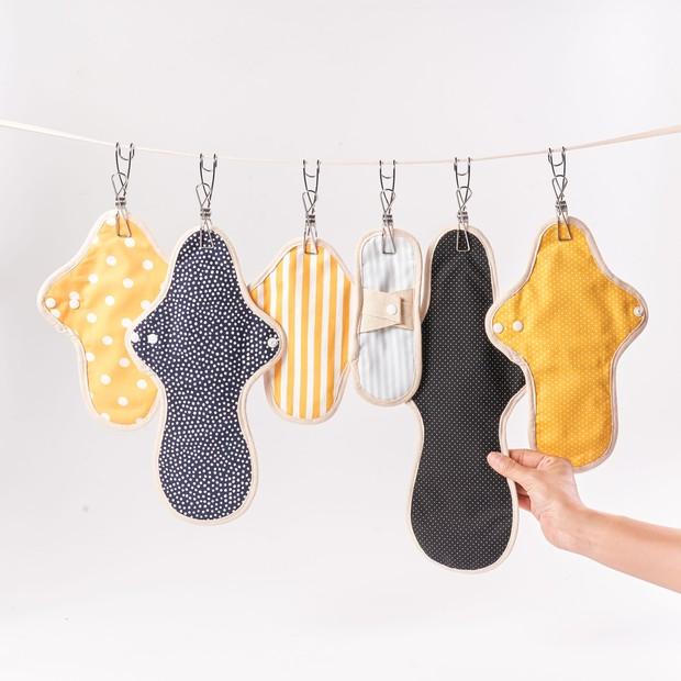Menggunakan permbalut kain yang dapat dipakai berulang akan mengurangi jumlah sampah
