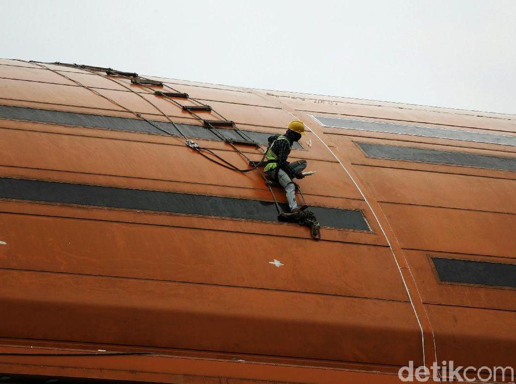 Potret Pekerja Kontruksi Bekerja di Ketinggian Saat Cuaca Mendung