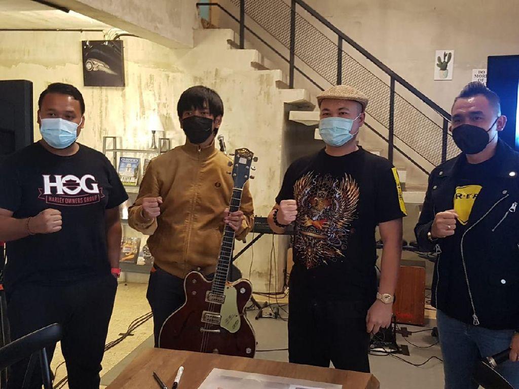 Raffi Ahmad Kalah, Ini Pemenang Lelang Gitar Rian DMASIV Senilai Rp 200 Juta