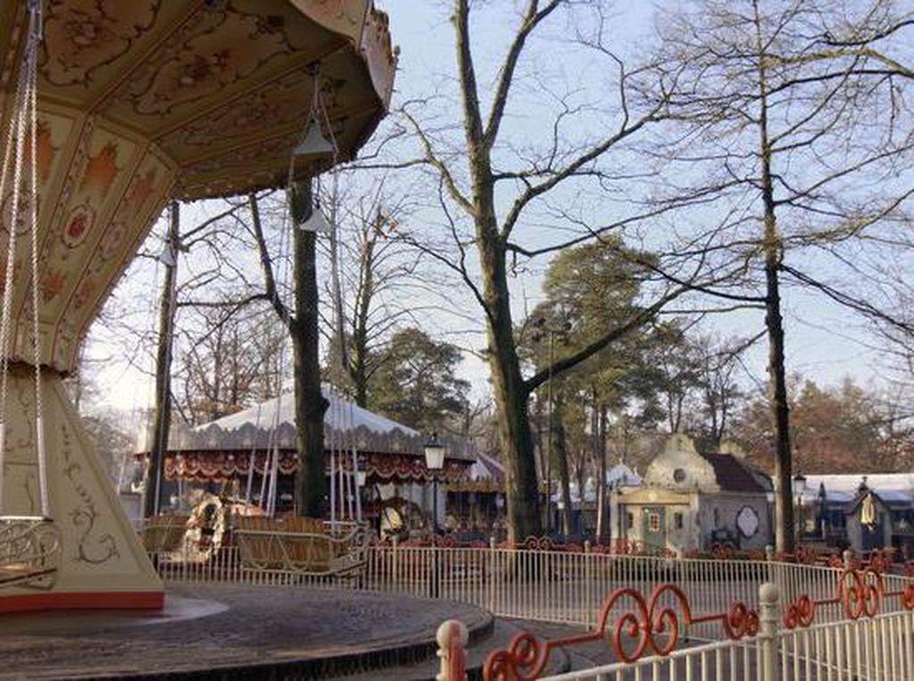 Foto Taman Hiburan Kosong Tanpa Pengunjung