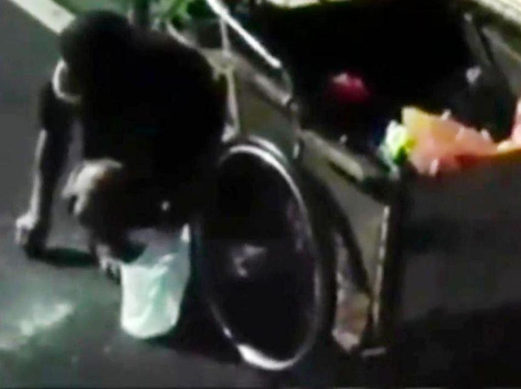 Viral Pria di Makassar Pungut Beras di Jalan, Ini Kata Dinsos
