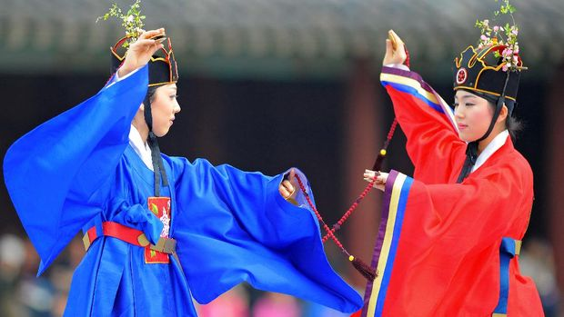 South Korean traditional dancers perform at the royal palace of Changgyeonggung in Seoul on April 6, 2008 during a reenactment of Eoyeonrye, a ceremonial banquet hosted by Korean kings during the Joseon Dynasty hundreds of years ago. The Joseon Dynasty took place from the 14th century until the early 20th century.   AFP PHOTO / KIM JAE-HWAN (Photo by KIM JAE-HWAN / AFP)