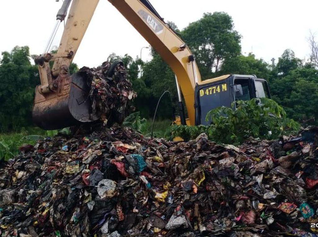 Pemkot Bekasi Siagakan Alat Berat untuk Angkut Sampah Selapangan Bola