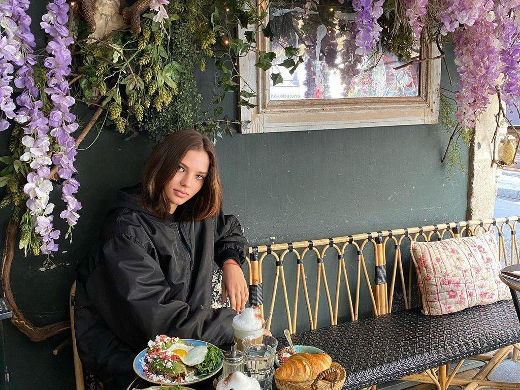 Mewahnya Gaya Alesya Kafelnikova saat Ngopi di Paris