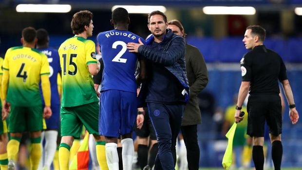 LONDON, ENGLAND - JULY 14: Antonio Rudiger hugs Frank Lampard, Manager of Chelsea at the final whistle during the Premier League match between Chelsea FC and Norwich City at Stamford Bridge on July 14, 2020 in London, England. Football Stadiums around Europe remain empty due to the Coronavirus Pandemic as Government social distancing laws prohibit fans inside venues resulting in all fixtures being played behind closed doors. (Photo by Julian Finney/Getty Images)
