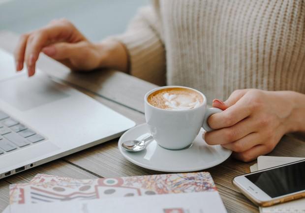 Kafein merupakan stimulan karena itu banyak dari kita yang menyukainya dan ketika kamu minum terlalu banyak kopi dan minum terlalu banyak es latte kamu bisa kepanasan.