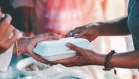 Tak Punya Uang Beri Makan 5 Anaknya, Wanita Ini Dapat Kiriman Makanan Misterius