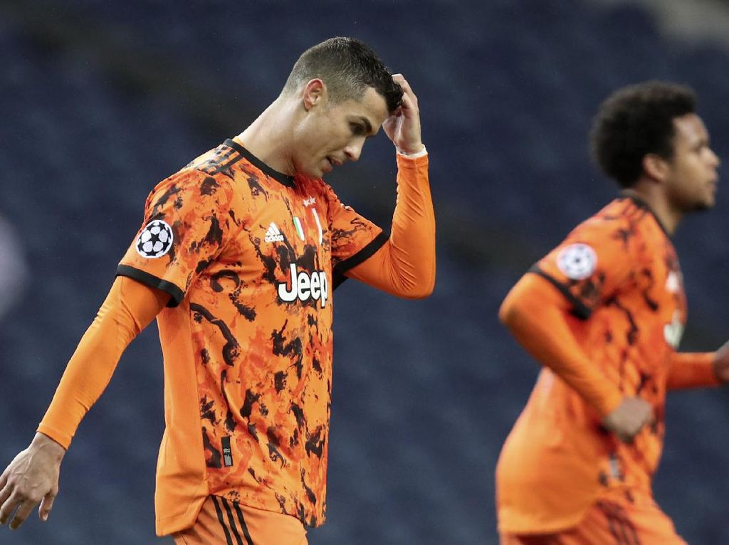 Momen Ronaldo Bawa Bola, Lalu Tabrakan sama... Teman Sendiri