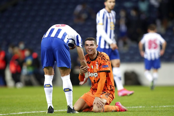 Juventus Cristiano Ronaldo watches Referee Carlos del Cerro Grande gesturing during the Champions League round of 16, first leg, soccer match between FC Porto and Juventus at the Dragao stadium in Porto, Portugal, Wednesday, Feb. 17, 2021. (AP Photo/Luis Vieira)