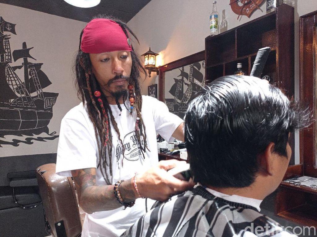 Mengenal Jack Sparrow Asal Cirebon, Tukang Cukur Bergaya Unik