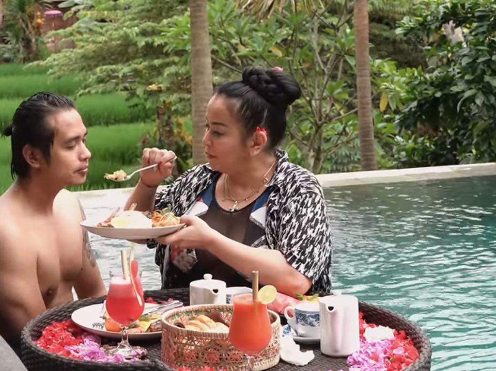 Romantisnya Jennifer Jill dan Ajun Perwira saat Floating Breakfast dan Makan Malam