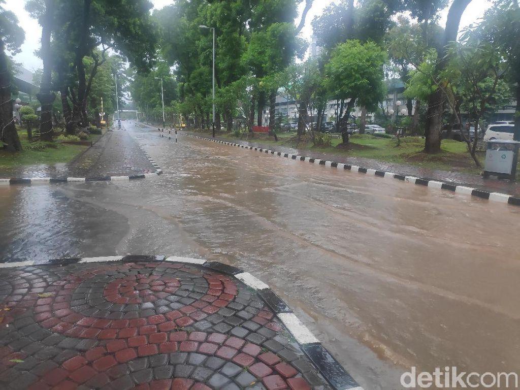 Hujan Deras, Jalan di Depan Gedung Sekjen DPR RI Tergenang