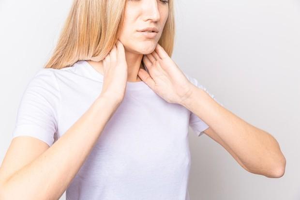 Salah satu efeknya adalah metabolisme yang dipercepat antara lain menyebabkan gejala-gejala peningkatan suhu tubuh dan keringat berlebih.