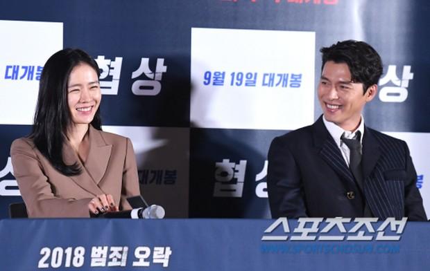Hyun Bin Dan Ye Jin dalam suatu acara.