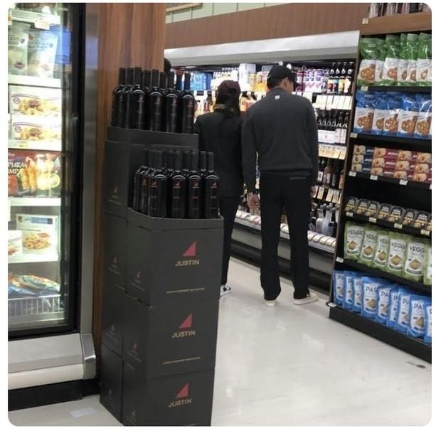 Hyun Bin dan Ye Jin tertangkap sedang bersama di suatu pusat perbelanjaan di Amerika