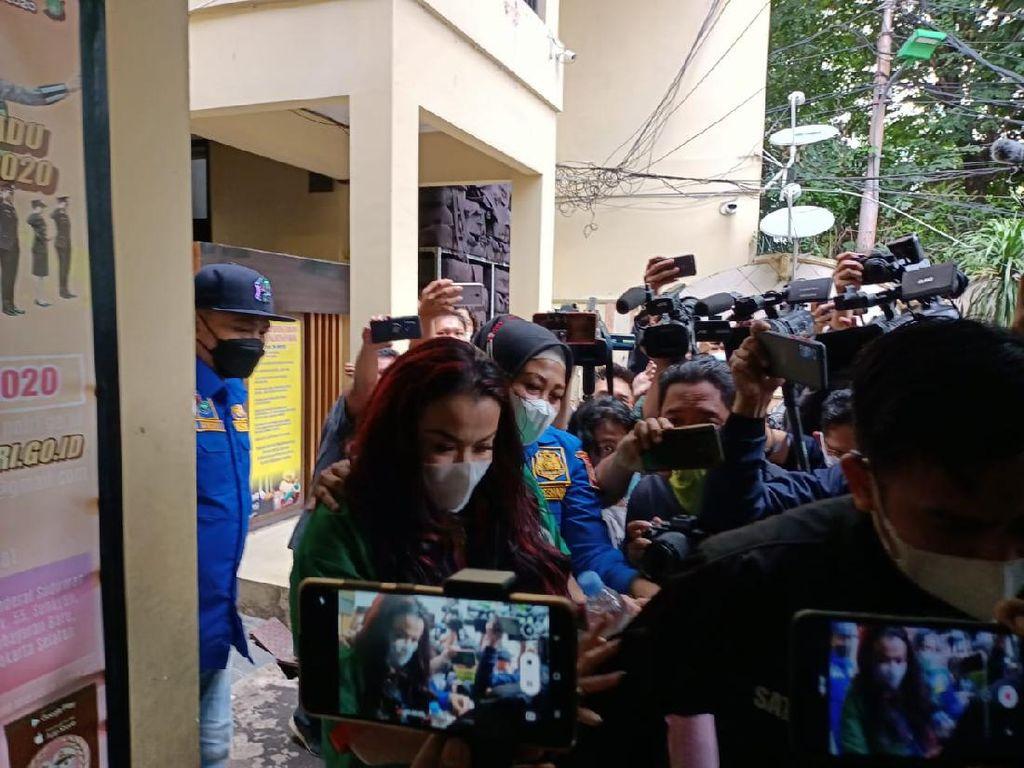 Pakai Rompi Tahanan, Jennifer Jill Dibawa ke Klinik Polres Jakbar