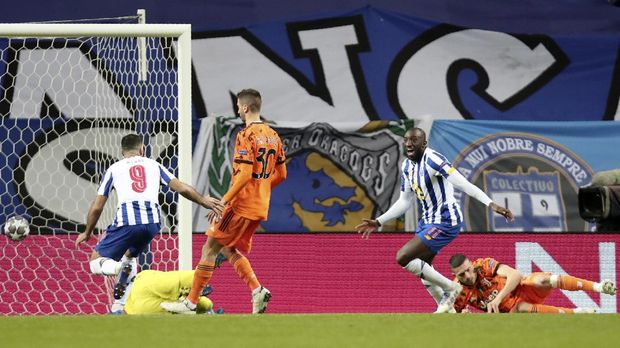 Porto's Moussa Marega, 2nd right, celebrates after scoring his side's second goal during the Champions League round of 16, first leg, soccer match between FC Porto and Juventus at the Dragao stadium in Porto, Portugal, Wednesday, Feb. 17, 2021. (AP Photo/Luis Vieira)