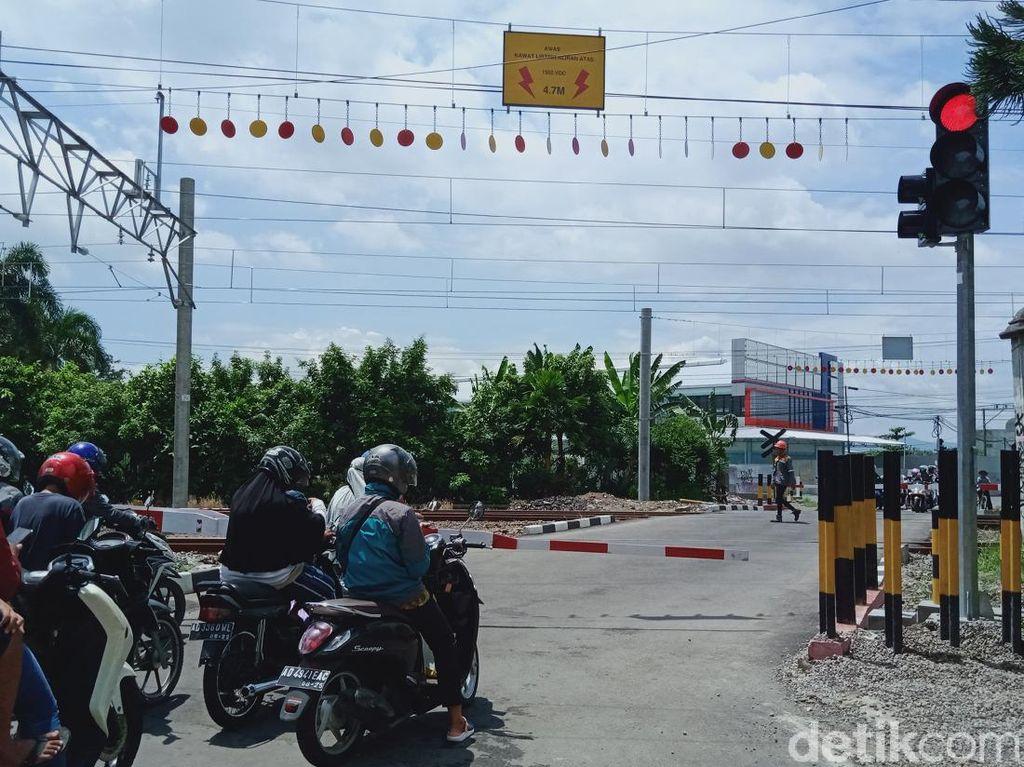 Bangjo Ngeri yang Bikin Pengendara Setop di Rel KA Klaten Akhirnya Dipindah