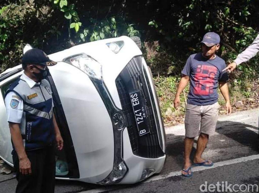 Tak Kuat Menanjak, Minibus Mundur-Terguling di Cisarakan Sukabumi