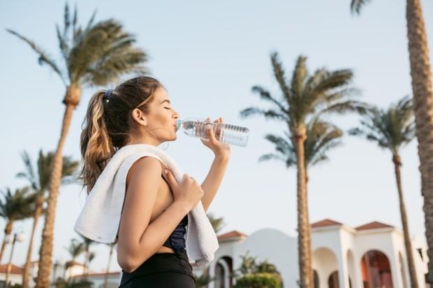 Kombinasi antara berkeringat dan minum banyak air dapat menyebabkan kadar natrium dalam tubuh turun, sehingga tubuh kamu menahan air